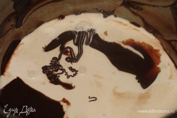 Готовим глазурь, я бы даже назвала крем. Растопленный шоколад соединяем со 100 мл сливок, прогреваем.