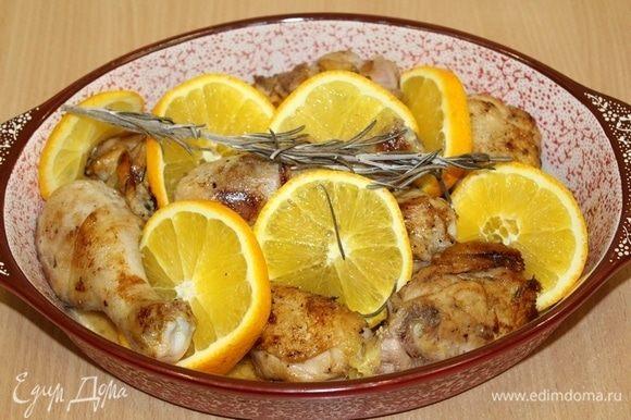 Затем кусочки курицы обжарить до золотистой корочки на сковороде, сложить в форму для запекания, сверху положить веточку розмарина, порезать кружками апельсин.