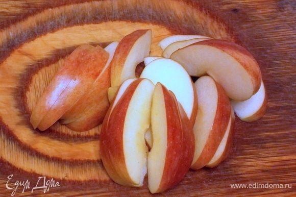 Яблоки вымыть, удалить сердцевину и порезать на 8-12 частей.