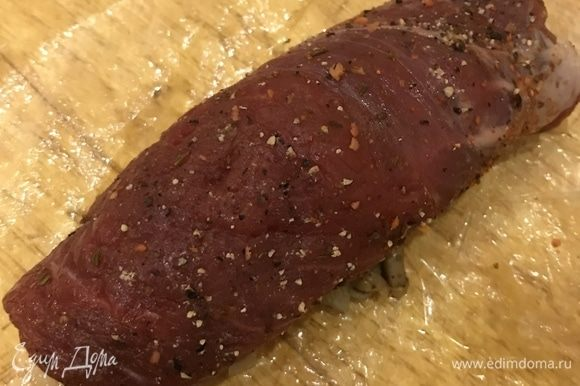 Затем сверните мясо в рулет.