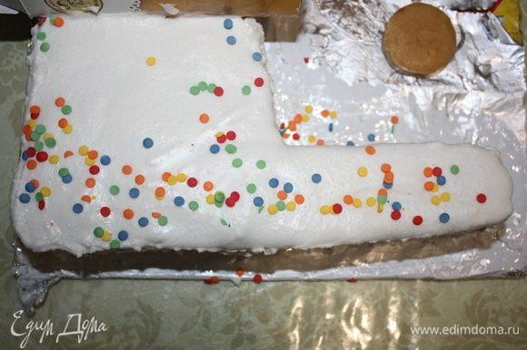 Покрываем нижнюю часть, украшаем сахарными цветными кружочками конфетти.
