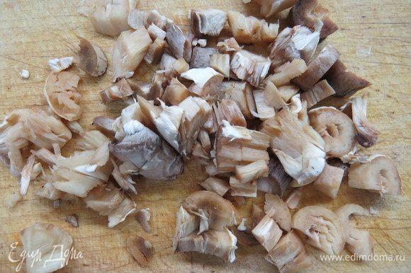 Ножки грибов мелко порезать.