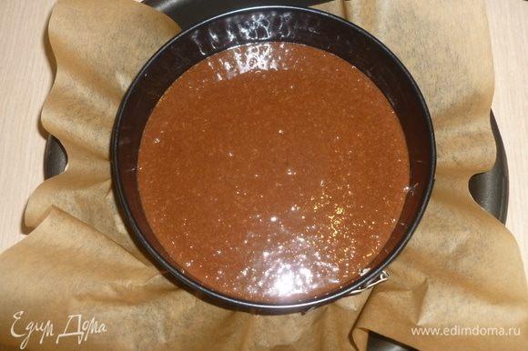 Вылить тесто в форму и выпекать 40-60 минут при 180°C. Проверить готовность шпажкой. Остудить.