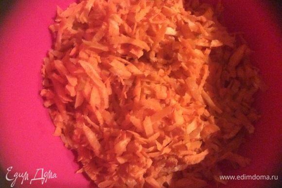 Морковь и сыр натираем на терке.