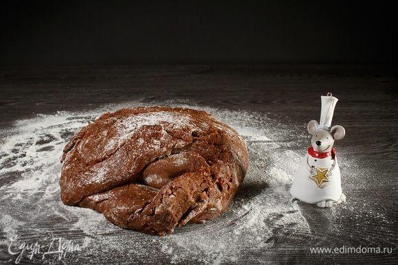 Загустевшее тесто перекладываем на стол и продолжаем добавлять муку. Слишком густое тесто делать не нужно, как только начнет отлипать от рук, оно готово. Муки может потребоваться чуть больше 1 кг.