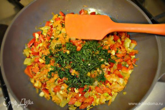 На растительном масле немного обжарить раздавленный зубчик чеснока, затем чеснок выбросить. На полученном чесночном масле обжарить лук с морковью, затем добавить перец и еще протушить около 3 мин. Приправить солью, перцем по вкусу. Добавить рубленый укроп, снять с огня и перемешать.