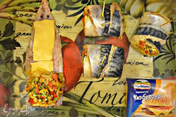 На широкий край филе выложить овощную начинку и плотно свернуть рулетом. Закрепить филе деревянными зубочистками. Если начинка немного выпадает из рулета, можно аккуратно, но принудительно ее вернуть обратно по обе стороны рулета.