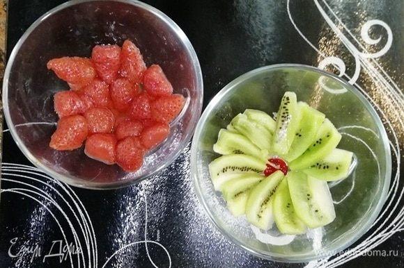 В креманки выложите любые фрукты. У меня киви и консервированная клубника.