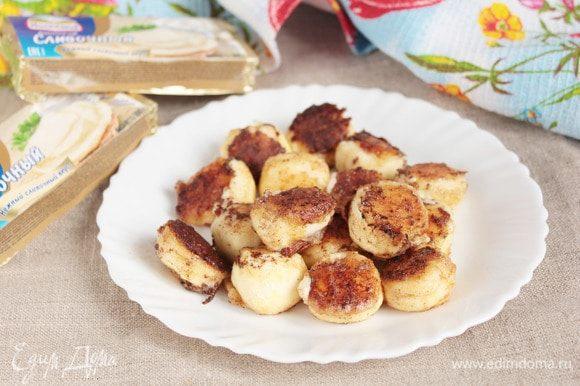 На сковороде растопить 15 г сливочного масла и обжарить сырные шарики до румяной корочки. Выложить сырные шарики на тарелку.