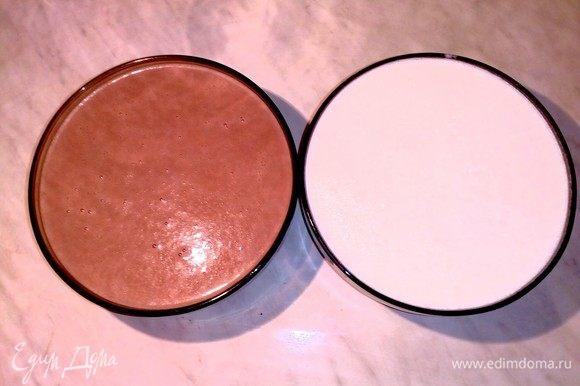 Во вторую часть добавляем сахар и какао, взбиваем. Затем выливаем оставшееся молоко и перемешиваем.