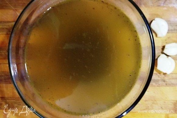 Вскипятите воду и добавьте в нее все специи и соль. Хорошо перемешайте до растворения соли.