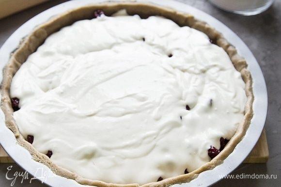 На тесто выложить вишню, залить все сливочной смесью. Выпекать в разогретой до 180°C духовке 25–30 мин. Подождать, пока пирог немного остынет и подать на стол.