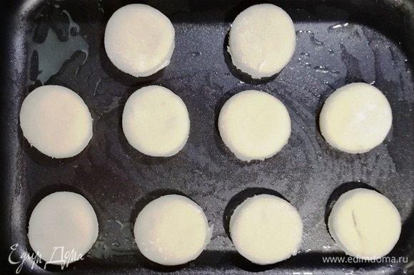 Выкладываем заготовки на противень, смазанный маслом. Накрываем пищевой пленкой и даем подойти около 30 минут.