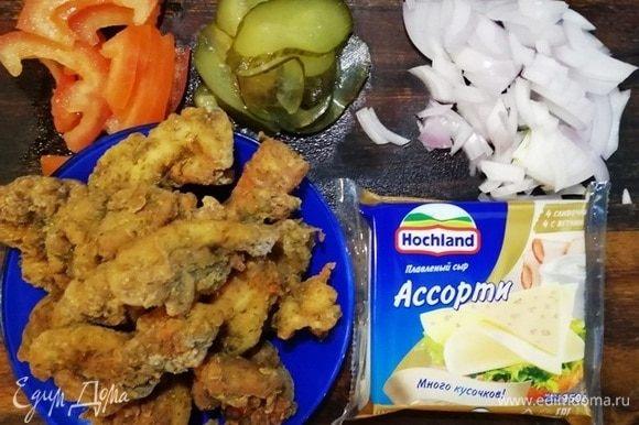 Подготавливаем все ингредиенты для начинки. Лук режем полукольцами, огурчик — тонкими слайсами, помидор — полукольцами (семена я удалила). Пластинки сыра Hochland делим на 4 части.