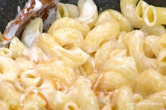 Отваренные макароны добавить в сковороду с луком, полить лимонным соком, кефиром, перемешать и прогревать полминуты.