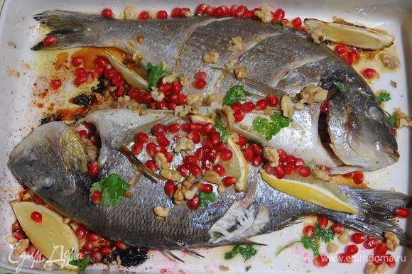 Готовую рыбу посыпать оставшейся кинзой, поломанными руками грецкими орехами и зернами граната, сбрызнуть оливковым маслом и соком лимона.