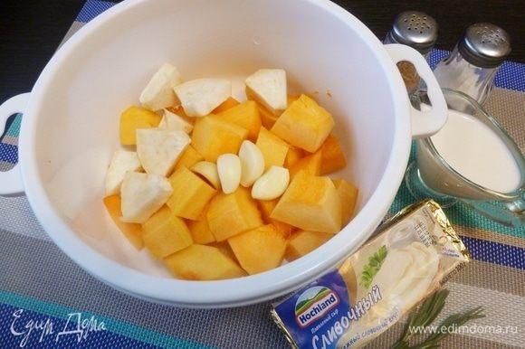 Подготовим овощи для супа. Тыкву, сельдерей почистить от шкурки, нарезать на кусочки. Чеснок почистить (небольшая головка или 4 крупных зубчика). Сложим все в кастрюлю для микроволновки и закроем крышкой. Не забудьте открыть клапан для выхода пара.