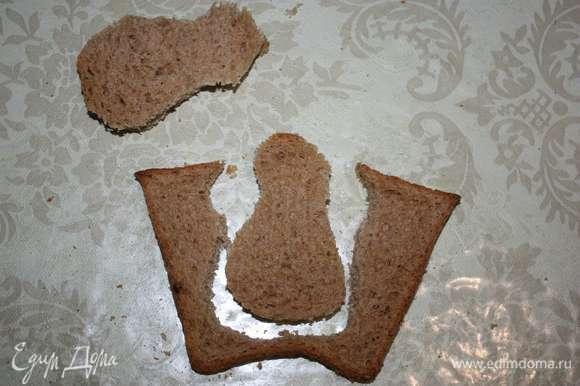 Из хлеба для сэндвичей вырезать фигурки снеговиков.