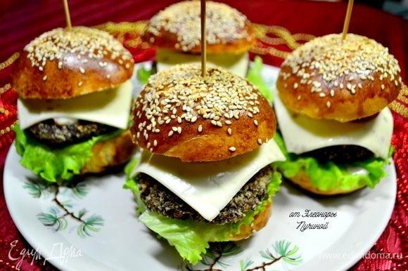 Гамбургер можно отнести как к закускам, так и к основному блюду.