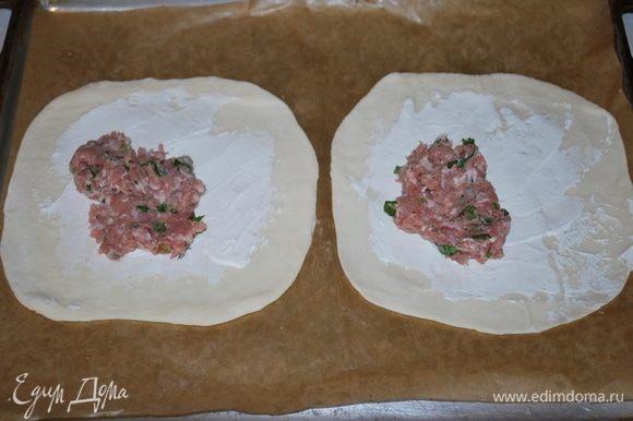 На сыр намазать фарш тонким слоем.