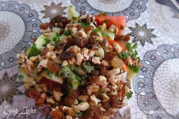 В салатнике смешайте нарезанный зеленый лук, огурцы, помидоры, орехи, изюм.