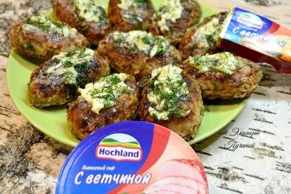 Сверху готовых котлет добавить любимого сыра и посыпать зеленью!