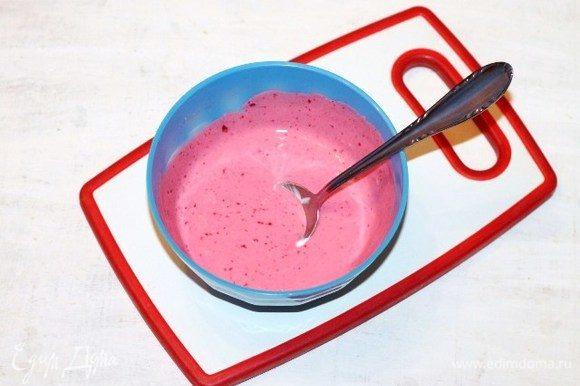 Приготовим пропитку для тортика. Взбиваем сметану с 2 ст. л. джема, можно по вкусу. Джем можно заменить на сахар. Я готовила 2 тортика, один с пропиткой сметана+сахар и второй —сметана+джем.