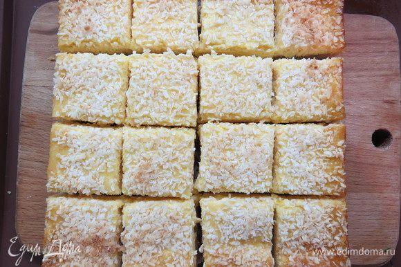 Выпекать в разогретой до 180°С духовке 20-25 минут до легкого золотистого цвета. Дать полностью остыть и только затем извлечь пирог из формы. Нарезать квадратиками.