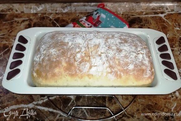 Достаем хлеб из духовки и остужаем в форме минут 10.