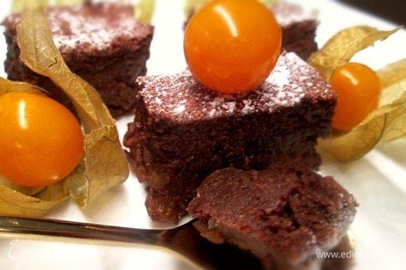 Посыпаем, при желании, сахарной подрой, украшаем любыми ягодами. Приятного аппетита!
