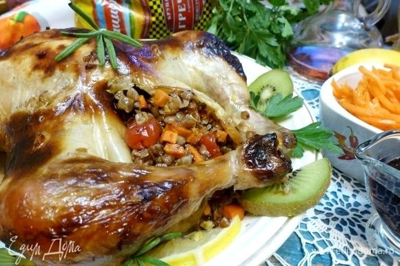 Гречка пропитывается куриным и овощным соками, становится сочной и рассыпчатой. Вишня отдает свою сладость, розмарин — аромат. Ну очень вкусный гарнир к этой курочке.