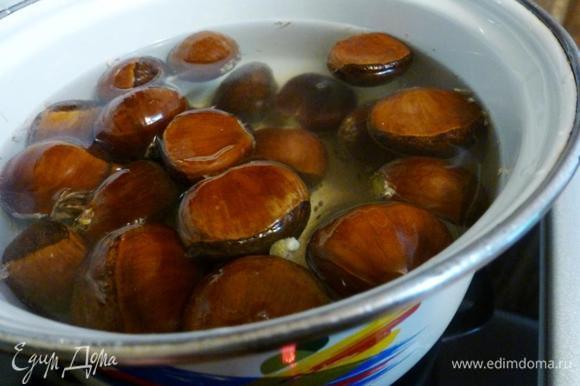 Подготовим для начинки каштаны. Срежем острый носик и отправим вариться на 15–20 минут с момента кипения.