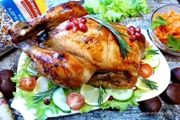 Вот такая румяная курица у меня получилась! Мягкая и сочная благодаря соленаду. А начинка нежнейшая получилась! Приятного аппетита!