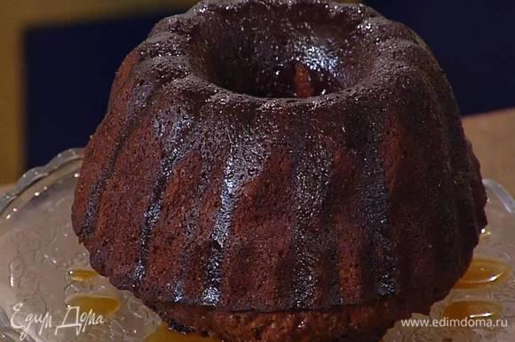 Готовый горячий кекс вынуть из формы, перевернув ее на блюдо, полить карамельным соусом и посыпать сахарной пудрой.