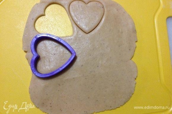 Вырезала сердечки для украшения с помощью формочек для печенья.