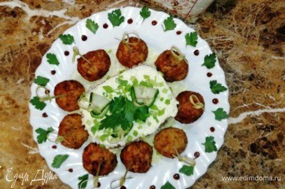 Протыкаем крокеты шпажками и выкладываем на блюдо. Я подавала с салатом из риса и тунца. Крокеты получились хрустящие снаружи и сочные внутри.