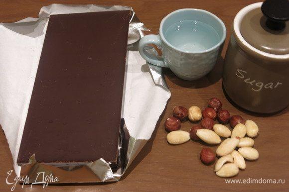 Подготовим компоненты. Если есть готовый марципан, то на конфеты пойдет совсем немного. Матча, перец кайенский, имеретинский шоколад — все факультативно, декор, хотя и придающий вкус. Больше всего мне понравились конфеты с перцем.