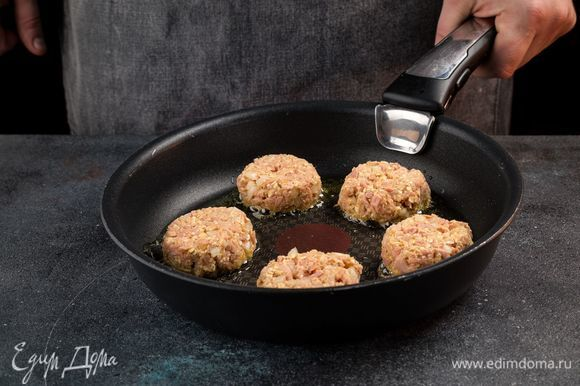 Слегка смажьте оливковым маслом сковородку. Выкладывайте ложкой на разогретую сковороду котлетки и обжаривайте до образования золотистой корочки.