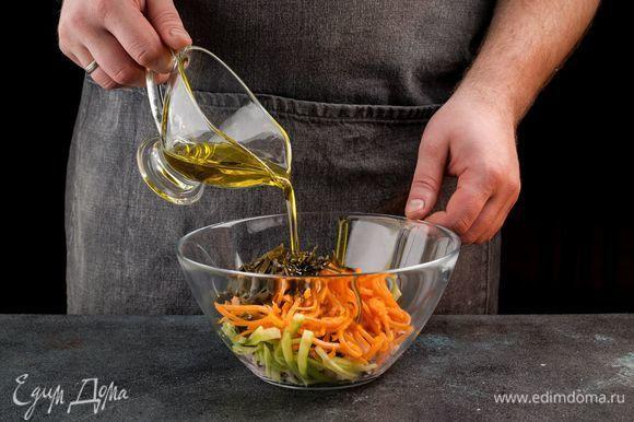 Добавьте специи по вкусу, заправьте оливковым маслом и посыпьте кунжутом.