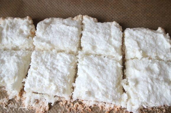 Вынуть из духовки, дать остыть. Порезать на кусочки по количеству формочек. Каждый кусочек бисквита должен покрывать дно формочки.