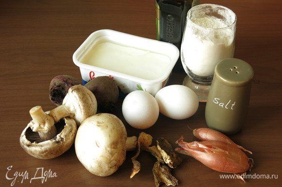 Подготовим компоненты. Начинка равиоли: фета (или рикота, более нейтральный вариант), грибы — свежие белые или, как у меня, шампиньоны и белые сухие грибы.