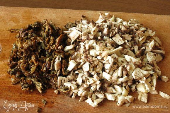 Мелко нарезаем грибы. Общий вес грибов — 150 г, свежие и отжатые размокшие белые.