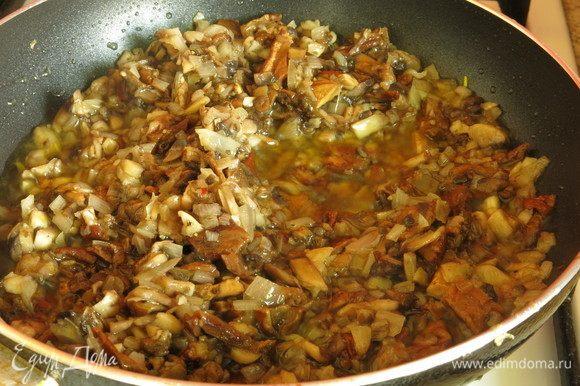 Прожариваем на 45 мл оливкового масла лук и грибы.