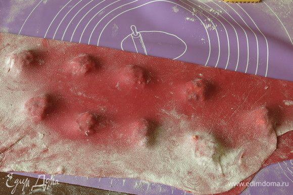 Размегчаем будущие равиоли, выкладываем начинку и закрываем пластом теста. Прижимаем, выпуская воздух. Можно сделать формой (стаканом) круги, положить начинку, смочить край водой и закрыть другим кружком теста, вилкой сделать красивый край.