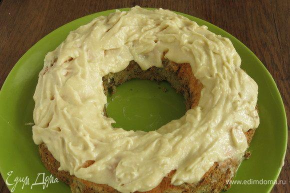 Покрываем кекс кремом. Даем крему схватиться, чуть охлаждаем кекс. На разрезе видно контраст — белейший верхний слой и бархатный зеленый. Матча добавляет специфический вкус кексы. Приятного!