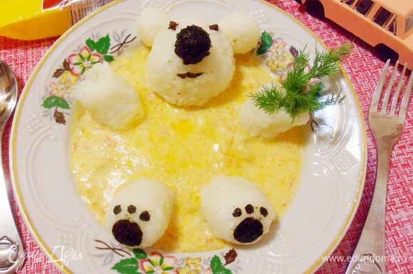 Фрикасе из курицы с рисовым медвежонком готово. Дети, за стол! Приятного аппетита!