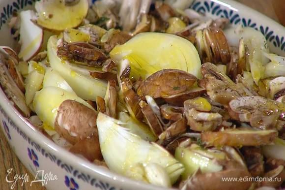 Выложить грибы в жаропрочную керамическую форму, посолить, поперчить, посыпать листьями тимьяна (несколько веточек оставить для украшения), добавить лук и чеснок, полить все оливковым маслом и красным вином.