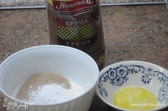 Соединяем муку гречневую с пшеничной, разрыхлителем и солью. Сливочное масло растопить в микроволновке и дать остыть.