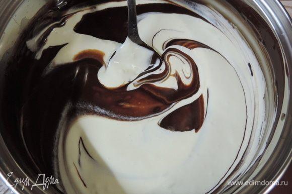 В два приема соединяем остывшую шоколадную массу со взбитыми сливками. Используем только ручной труд — лопатку или ложку.