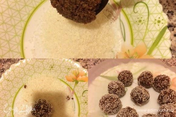 Формировать конфеты лучше слегка влажными руками. Взять небольшое количество шоколадной массы, сформировать шарик, обвалять в стружке, разложить на бумагу для выпечки.